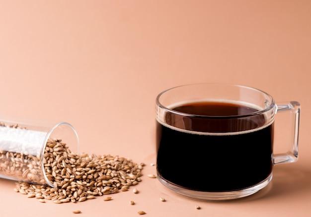 Boisson au café décaféiné à base de céréales sur fond beige