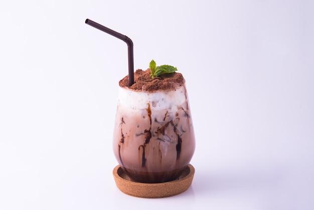 Boisson au café moka pour l'été avec fond de mur de briques