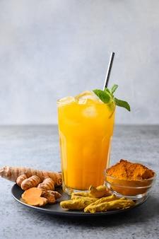 Boisson au curcuma jamu avec des ingrédients. boisson ayurvédique. fermer.
