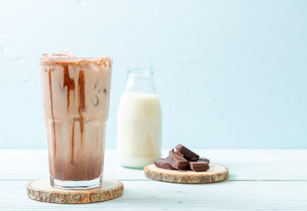 Boisson au lait frappé au chocolat glacé sur fond de bois