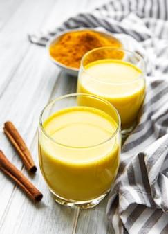 Boisson au latte au curcuma jaune