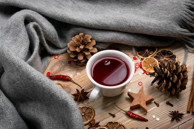 Boisson aux canneberges ou à l'hibiscus. thé chaud d'hiver rouge aux épices