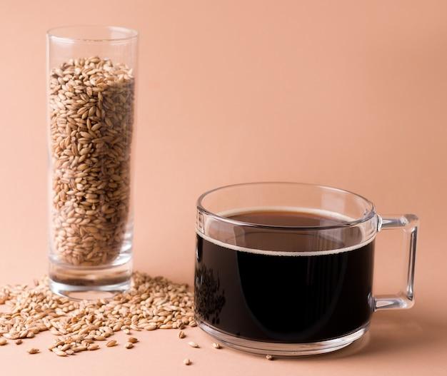 Une boisson aux céréales pour remplacer le café dans l'alimentation. coupe sur fond beige. copier l'espace