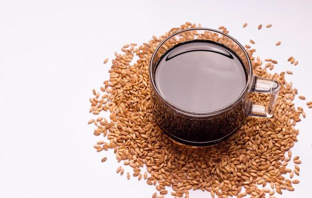 Une boisson aux céréales pour remplacer le café. tasse à café sur fond blanc. copier l'espace