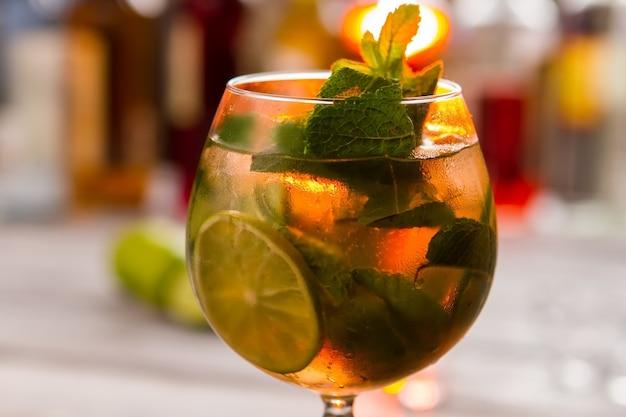 Boisson aux feuilles de menthe. cocktail au verre à vin. sirop sucré et eau minérale. boisson hugo fraîche et fraîche.