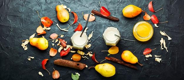 Boisson aux fruits d'automne. smoothie poire et gingembre et feuilles tombées