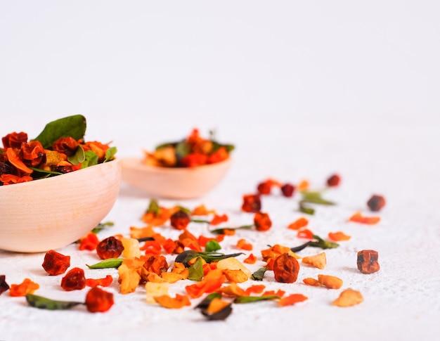 Boisson aux fruits rouges. airelle rouge, argousier, canneberge, feuille d'airelle rouge, super food. récupération après maladie, virus.
