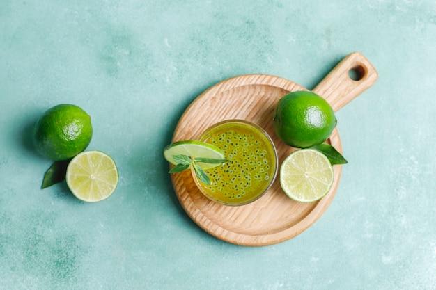 Boisson aux graines de basilic citron vert.