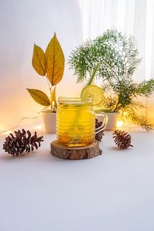 Boisson à base de plantes saine. boisson à base de plantes à base de curcuma, de gingembre, de citronnelle et de citron. idée de concept minimaliste pour les boissons à base de plantes