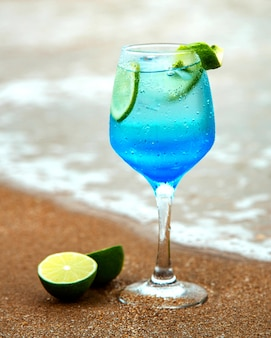 Boisson bleue au citron vert au bord de la mer
