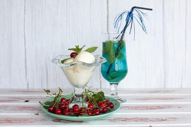 Boisson bleue à la menthe et glace à la cerise.