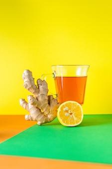 Boisson chaude au thé au citron et au gingembre sur la table repas sain