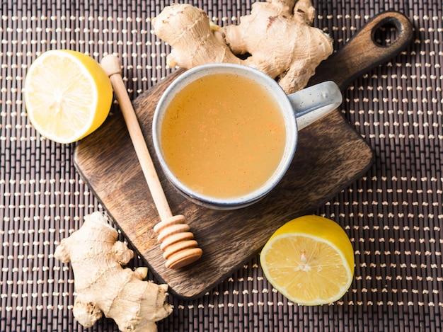 Boisson chaude au thé au gingembre et au miel