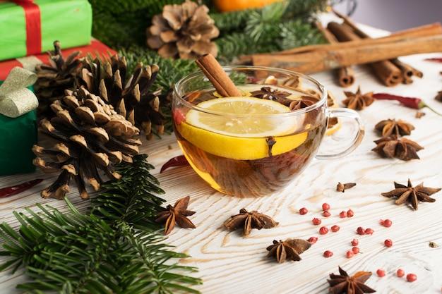 Boisson chaude d'hiver aux épices sur fond de nouvel an festif
