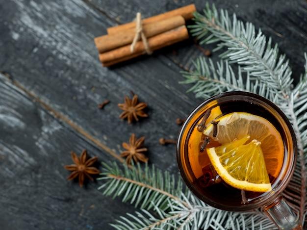 Boisson chaude en hiver chaud vin closeup sur table avec des branches d'arbres