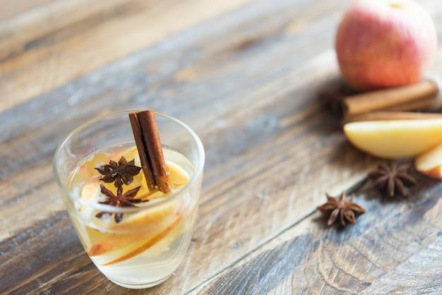 Boisson chaude (thé aux pommes, punch) avec bâton de cannelle, anis étoilé et clou de girofle.