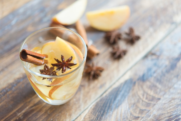 Boisson chaude (thé aux pommes, punch) avec bâton de cannelle, anis étoilé et girofle.