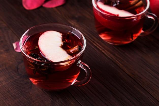 Boisson chaude avec thé d'hibiscus rouge avec deux verres de pomme, cannelle et anis