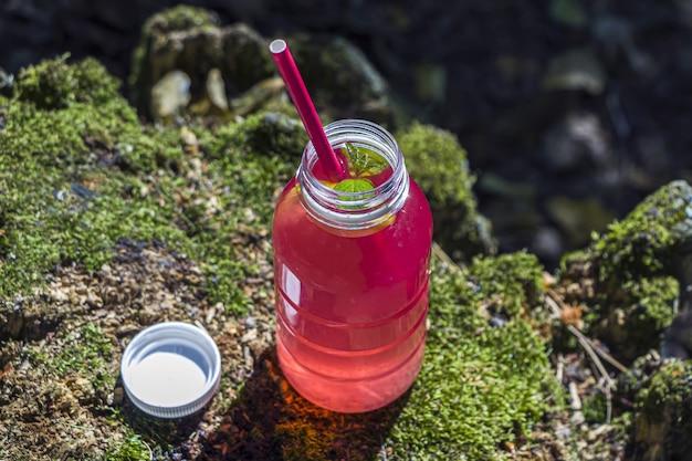 Boisson cocktail rose sur bois avec mousse