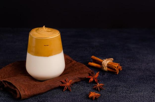 Boisson coréenne café dalgon dans une tasse en verre sur une surface noire