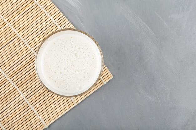 Boisson coréenne traditionnelle misutgaru latte sur fond gris, vue de dessus.