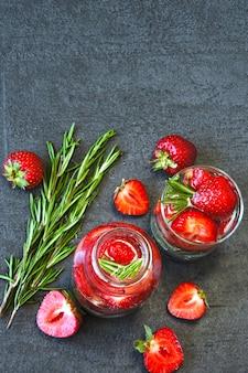 Boisson détox estivale aux fraises et au romarin. limonade de fraise. régime céto. keto boissons.