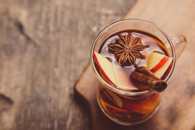 Boisson épicée chaude. boisson chaude (thé aux pommes, punch) avec un bâton de cannelle et de l'anis étoilé.