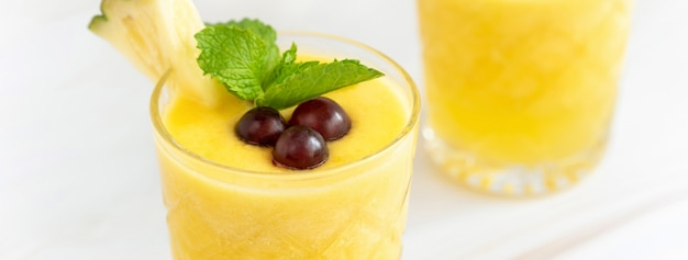 Boisson d'été à l'ananas rafraîchissante sur une table en marbre