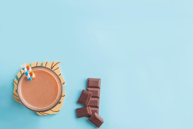 Boisson d'été au chocolat avec fond de couleur