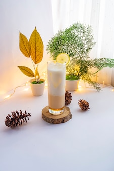 Boisson d'été. boisson froide au lait et au miel et au citron. idées de concept minimaliste de boissons d'été