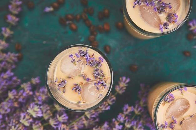 Boisson d'été café glacé à la lavande en verre