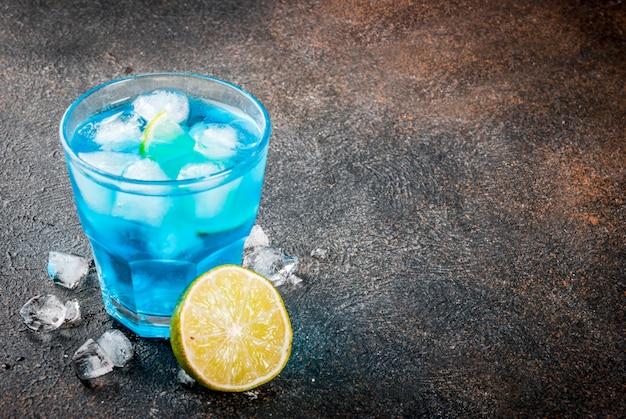 Boisson d'été colorée, boisson alcoolisée cocktail au lagon bleu glacé au citron vert et menthe