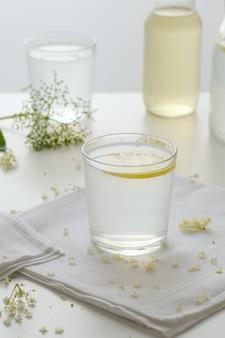 Boisson d'été limonade saine dans un verre.