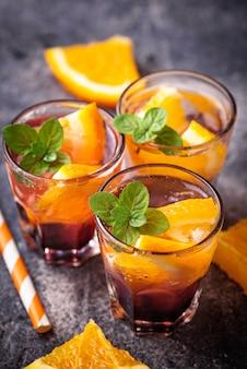 Boisson d'été à l'orange et baies