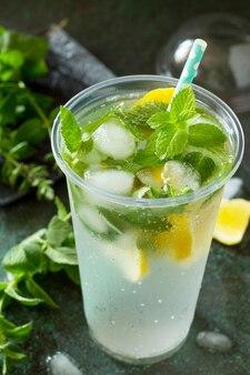 Boisson d'été rafraîchissante au citron avec de la menthe et de la glace