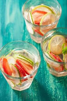 Boisson d'été rafraîchissante au citron vert et aux fraises dans des verres