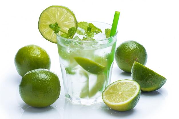 Boisson fraîche au citron vert et menthe