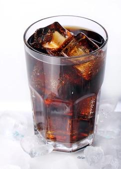 Boisson fraîche au cola en verre