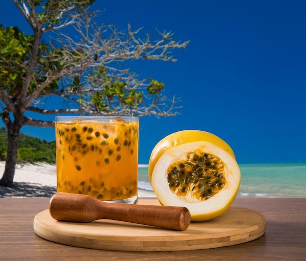 Boisson fraîche à base de fruits de la passion caipirinha sur la plage