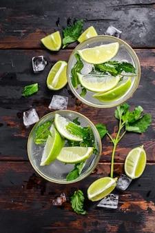 Boisson fraîche à la limonade mojito. mojitos aux feuilles de menthe, citron vert et glace.