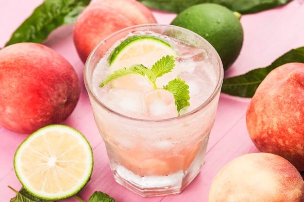 Boisson froide à l'alcool d'été, cocktail bellini pêche glacée aux feuilles de menthe