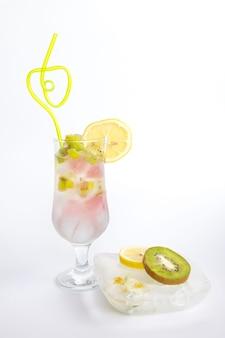Boisson froide aux fruits avec de la glace sur fond blanc. cocktail rafraîchissant