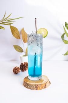 Boisson froide d'été bleu océan. idées de concept minimaliste d'été
