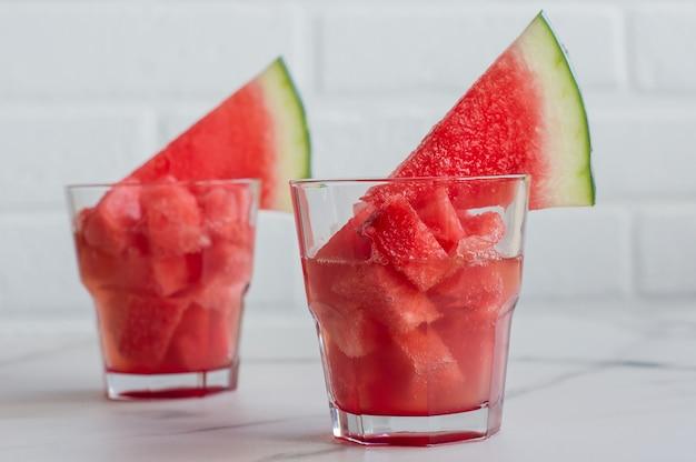Boisson froide d'été avec pastèque sur un tabe. fruits hachés dans des verres. service de restauration.