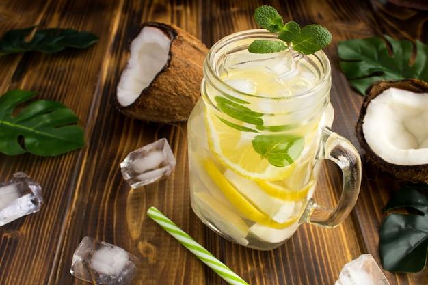 Boisson froide à la noix de coco, au citron et à la menthe