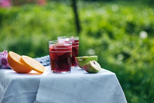 Boisson Froide De Sangria Par Une Chaude Journée Dans Le Jardin. Cocktail Alcoolique Espagnol De Vin Et De Fruits. Photo Premium
