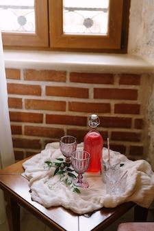 Boisson gazeuse rouge dans une bouteille sur la table
