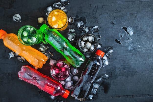 Boisson gazeuse et verre de boissons gazeuses sur la glace et rafraîchissante