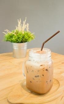 Boisson glacée au café moka servant sur une table en bois