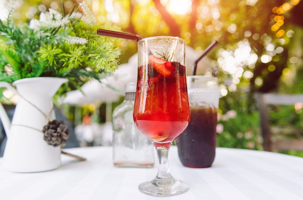 Boisson glacée au thé aux fruits et aux baies.
